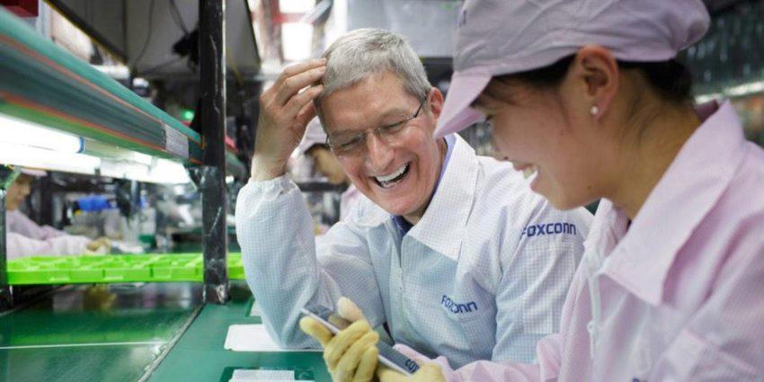 foxconn tim cook 850x425 Est ce une bonne idée dassembler les iPhone aux Etats Unis ?