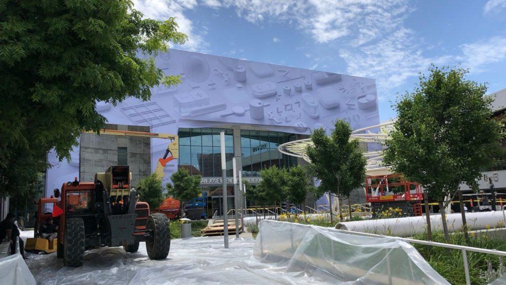 WWDC 2018 Decoration 1000x563 WWDC 2018 : Apple commence déjà avec la décoration du MacEnery Convention Center