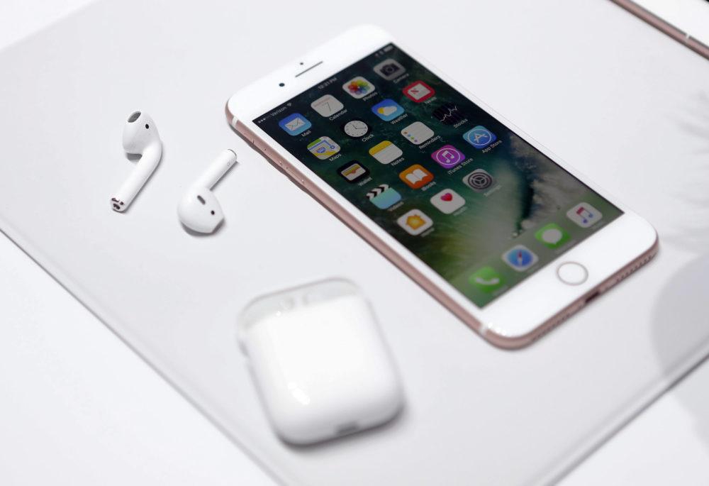AirPods iPhone 6s 1000x685 Le prochain boitier de recharge des AirPods serait en mesure de recharger un iPhone ?