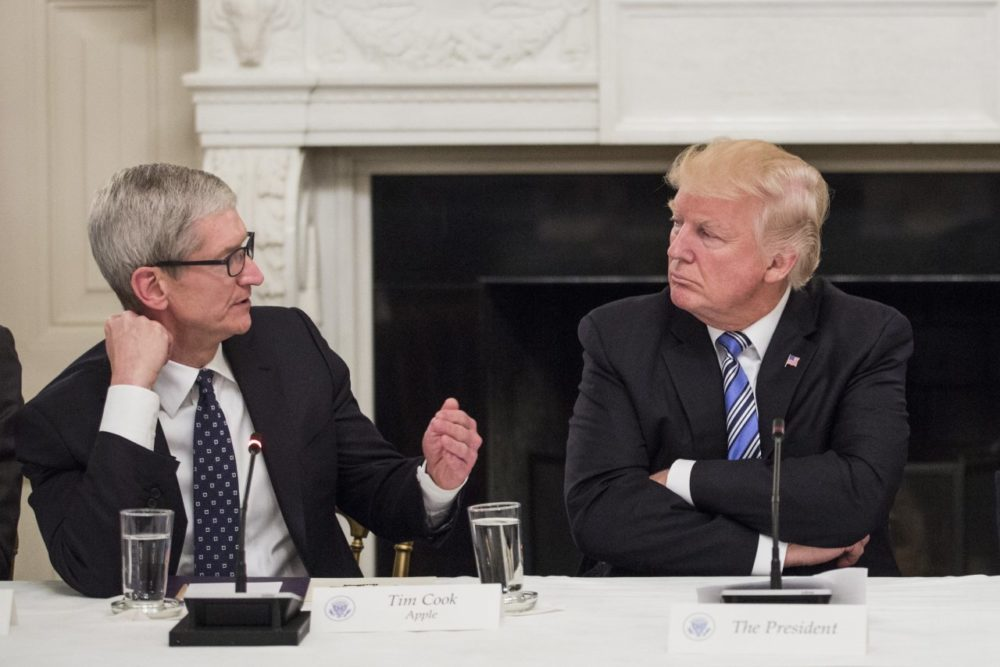 tim cook trump apple 1000x667 Trump propose une taxe de 10% sur les iPhone et MacBook venant de la Chine