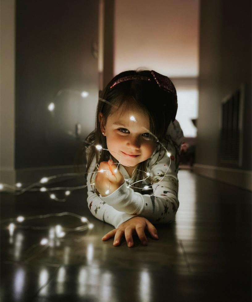 Shot on iPhone holiday Little girl with string lights 12192018 big.jpg.large  Apple partage les photos prises avec liPhone XS et XR des utilisateurs pour la saison des fêtes de fin dannée