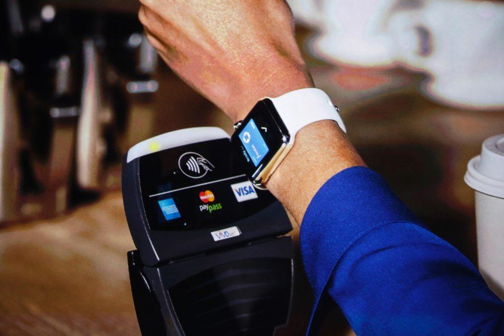 Apple Pay Apple Watch 1000x667 Apple Pay est à présent disponible en République Tchèque et en Arabie Saoudite