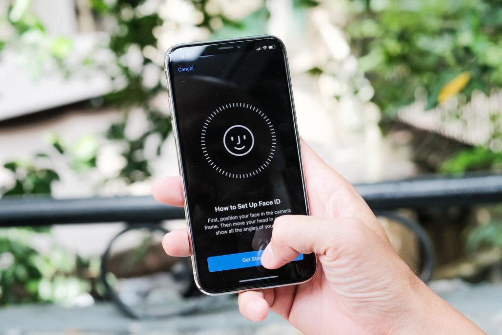 faceid 1000x667 Amélioration de Face ID sur liPhone 12 et disparition du port Lightning sur liPhone 13 ?