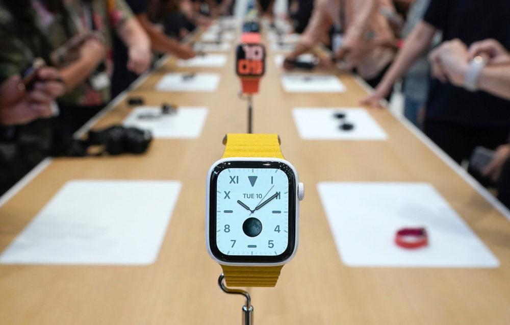 Apple Watch Series 5 Apple Bracelet Jaune 1000x637 Apple Watch Series 5 : 32 Go de stockage et les modèles titane/céramique débarquent avec 2 bracelets