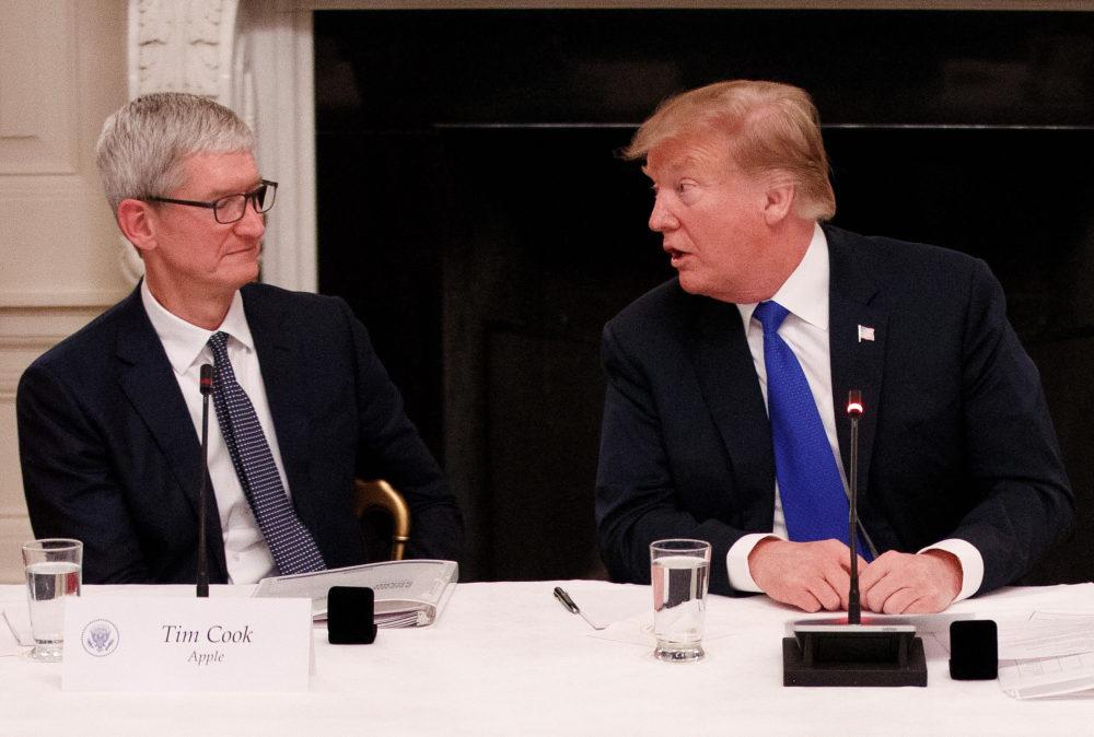 Tim Cook Donald Trump Donald Trump veut Apple déverrouille deux iPhone dun tireur
