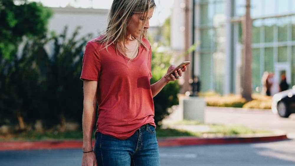 airtags femme mobile Airtags : ce qu'Apple pourrait nous réserver