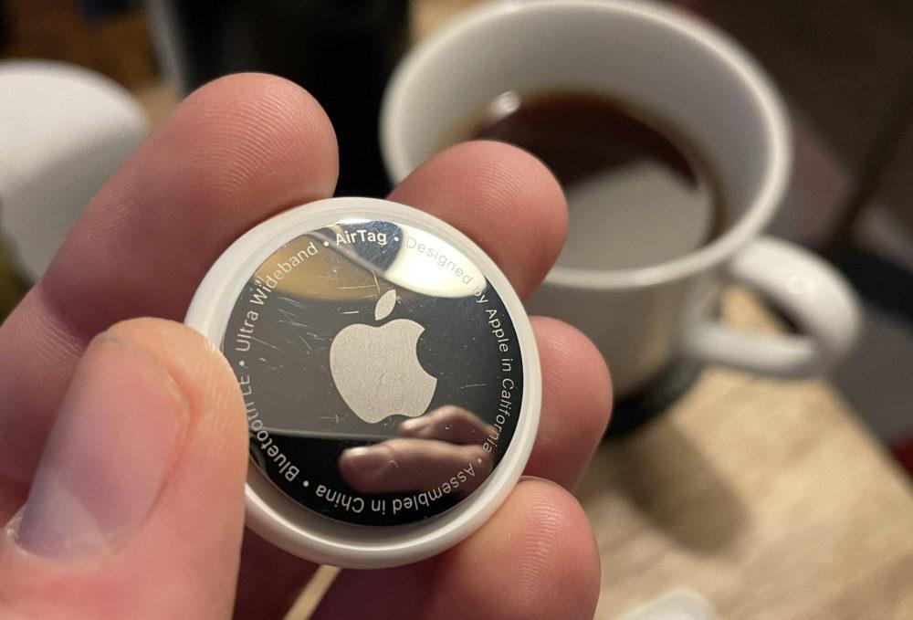 Apple AirTag Main AirTags : Apple rend disponible une mise à jour du firmware