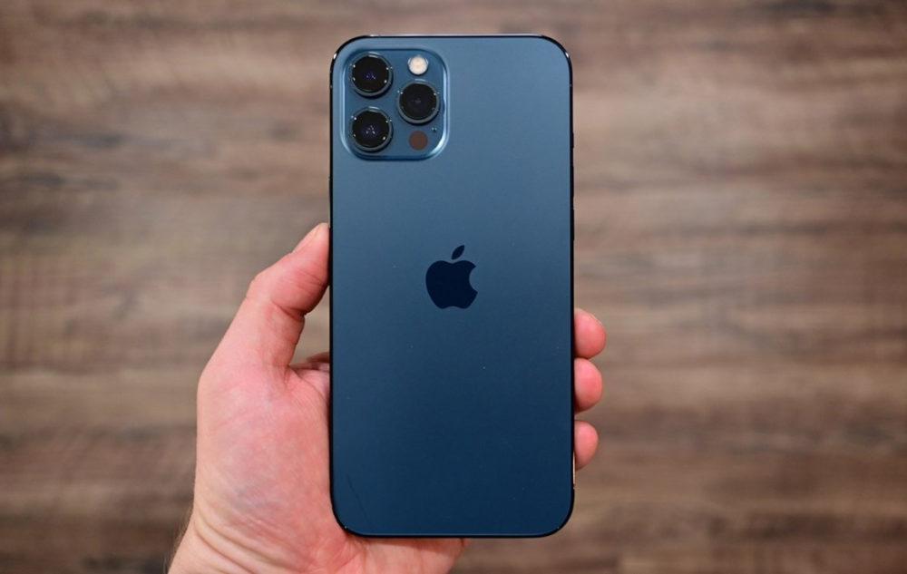iPhone 13 Pro Max Dos LiPhone 13 Pro Max peut se charger plus rapidement que liPhone 12 Pro Max (jusquà 27 W)